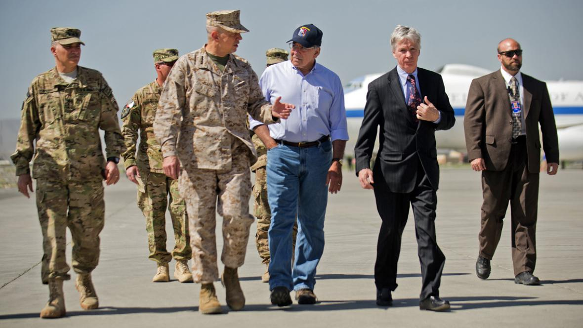 Leon Panetta (uprostřed) na návštěvě Afghánistánu