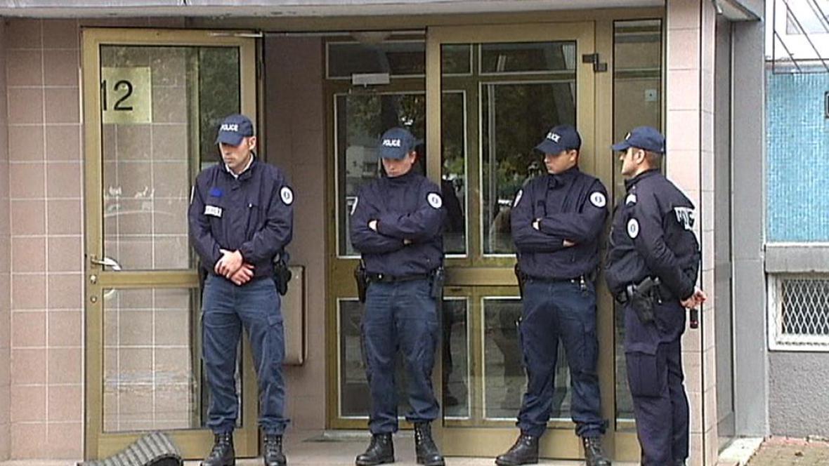 Francouzská policie před domem, kde se střílelo