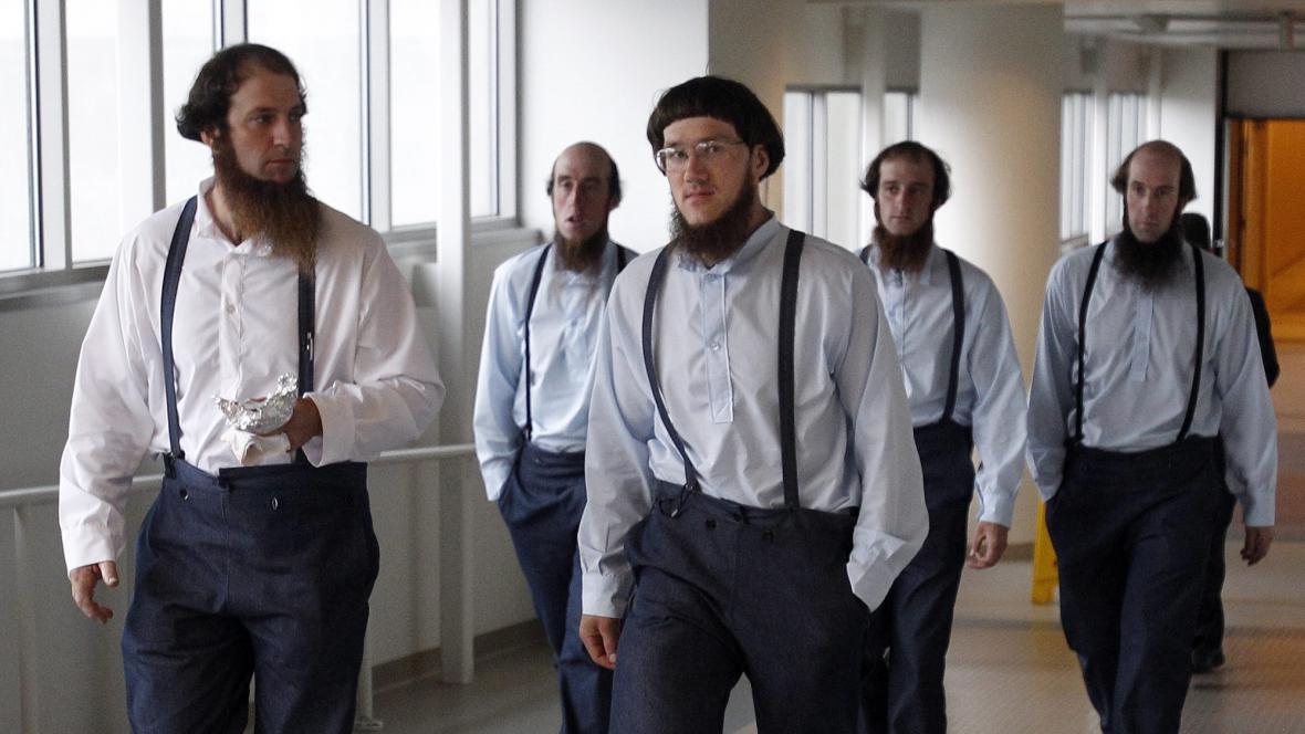 Amiši u soudu se skupinou kolem Sama Mulleta