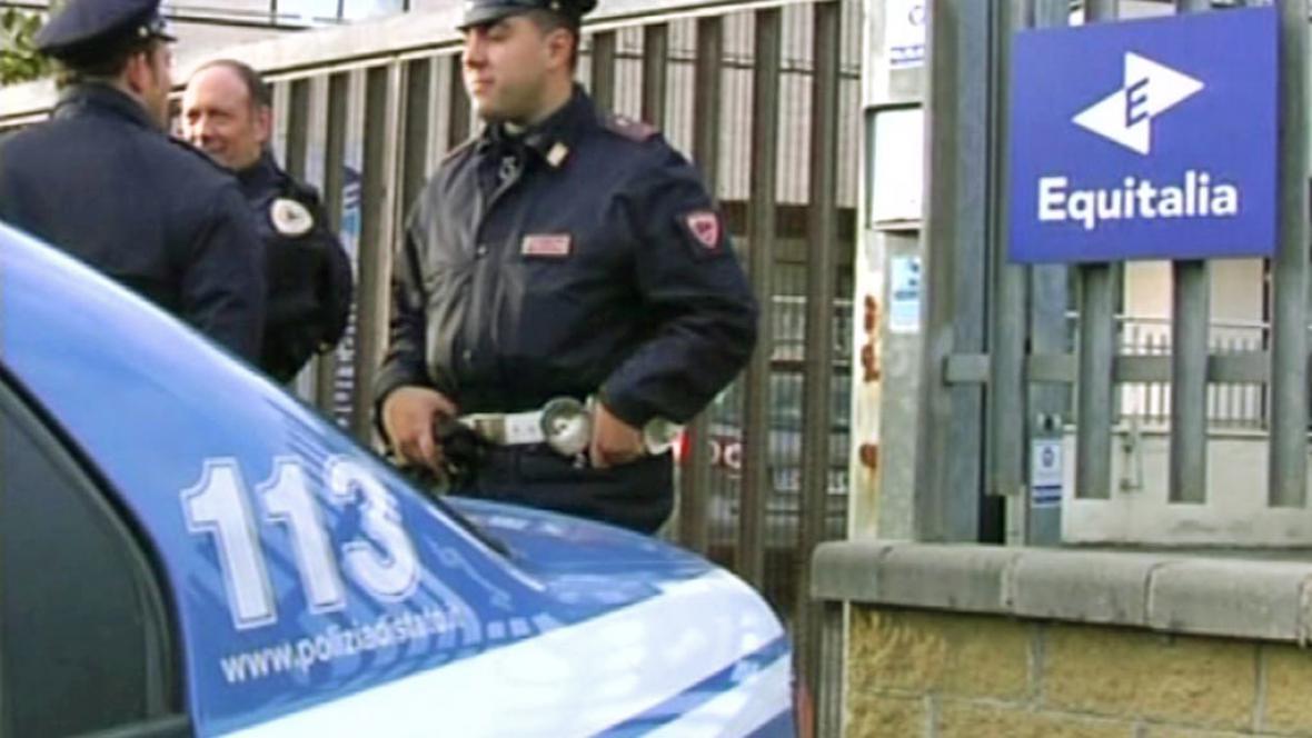 Italská policie před sídlem společnosti Equitalia