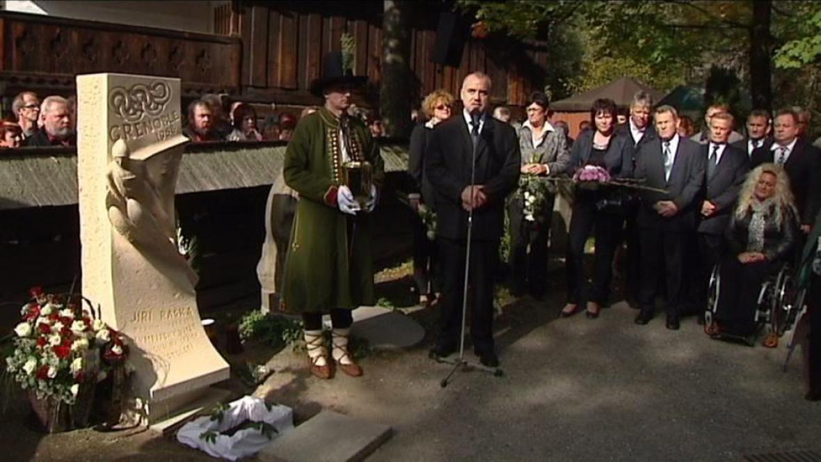 Foto u památníku Jiřího Rašky