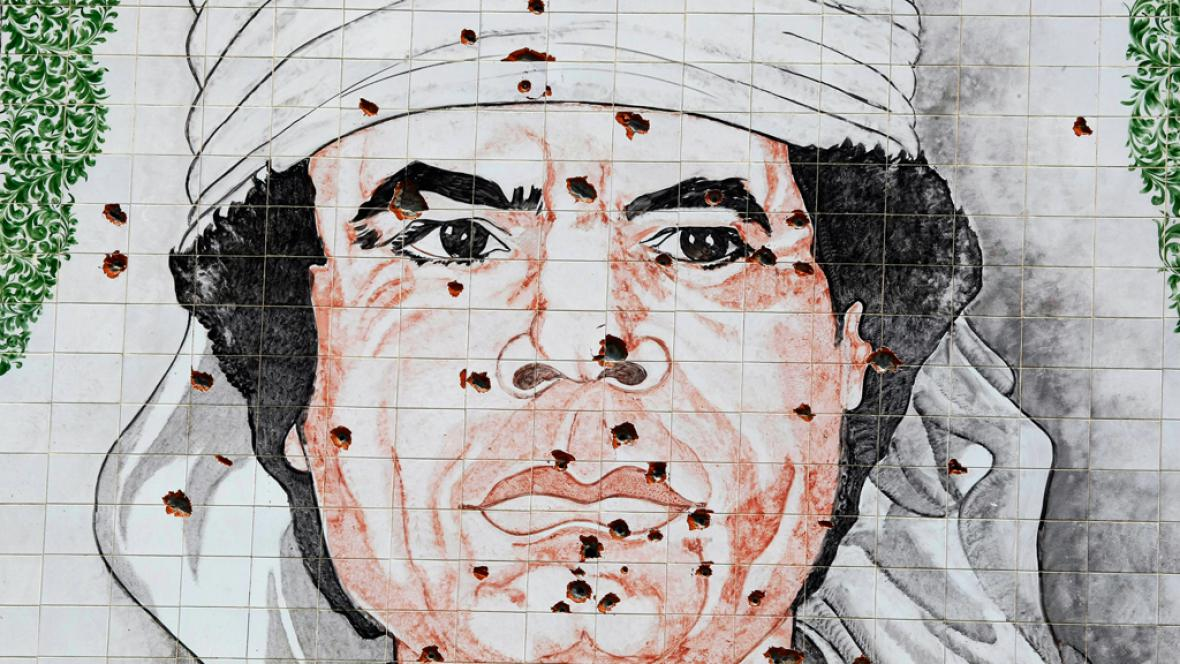 Rozstřílený portrét Muammara Kaddáfího v Tripolisu