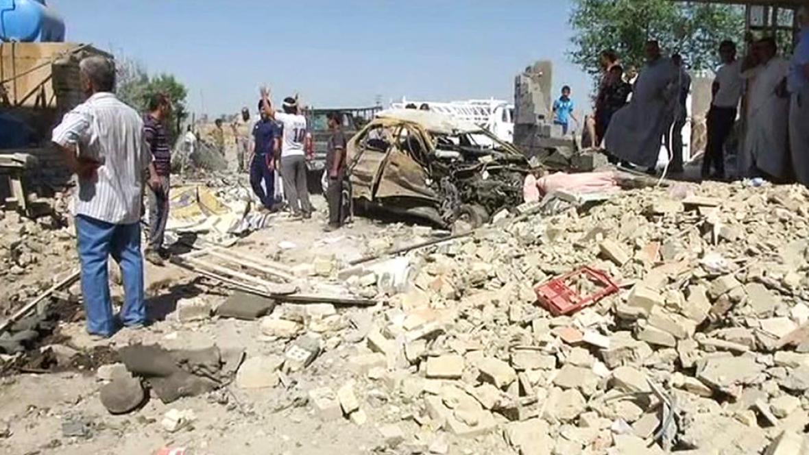 Následky pumového útoku v Iráku