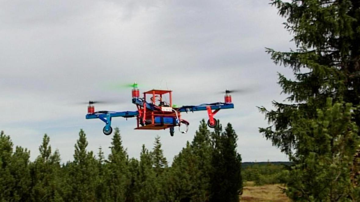 Nad Šumavou létá model vrtulníku