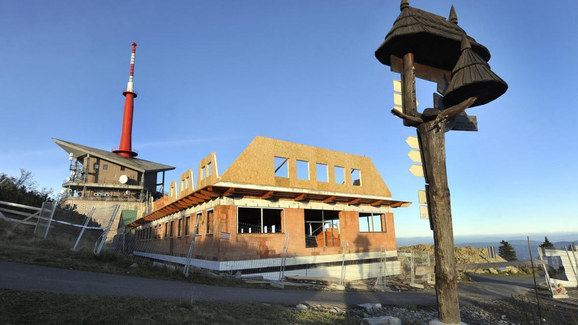 Nová Zátopkova chata na vrcholu Lysé hory