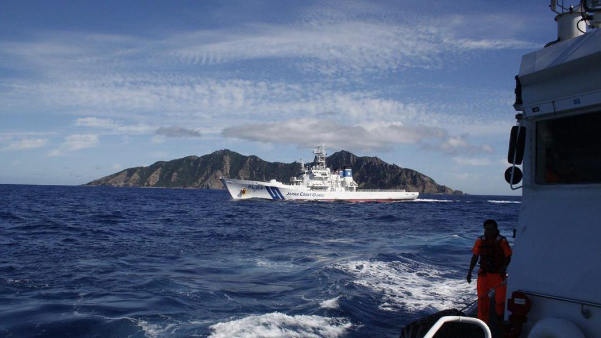 Loď pobřežní stráže (vpravo) chránící tchajwanské rybářské lodě před obtěžováním japonskou stráží (vlevo)