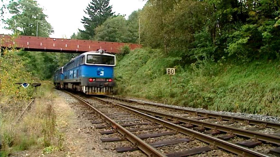 Na Domažlicku projíždějí vlaky pod akvaduktem