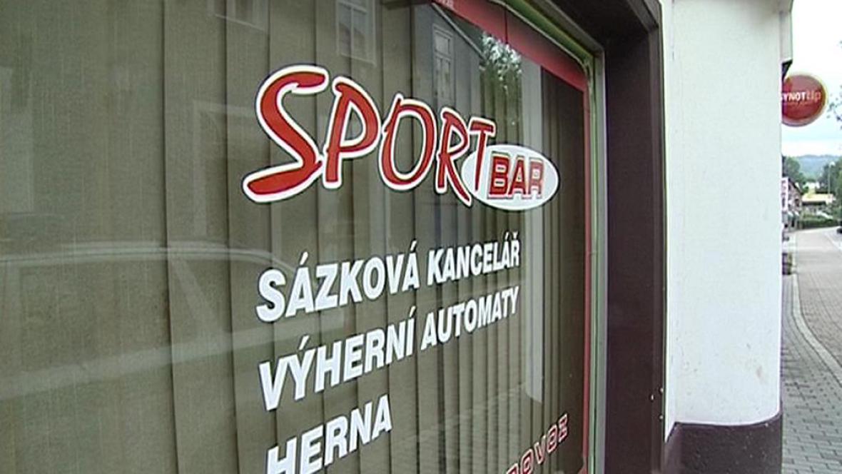 V baru v Novém Boru došlo k mačetovému útoku