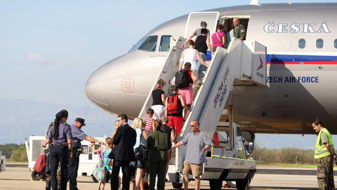Čeští turisté se vracejí z letiště v Zadaru do Česka