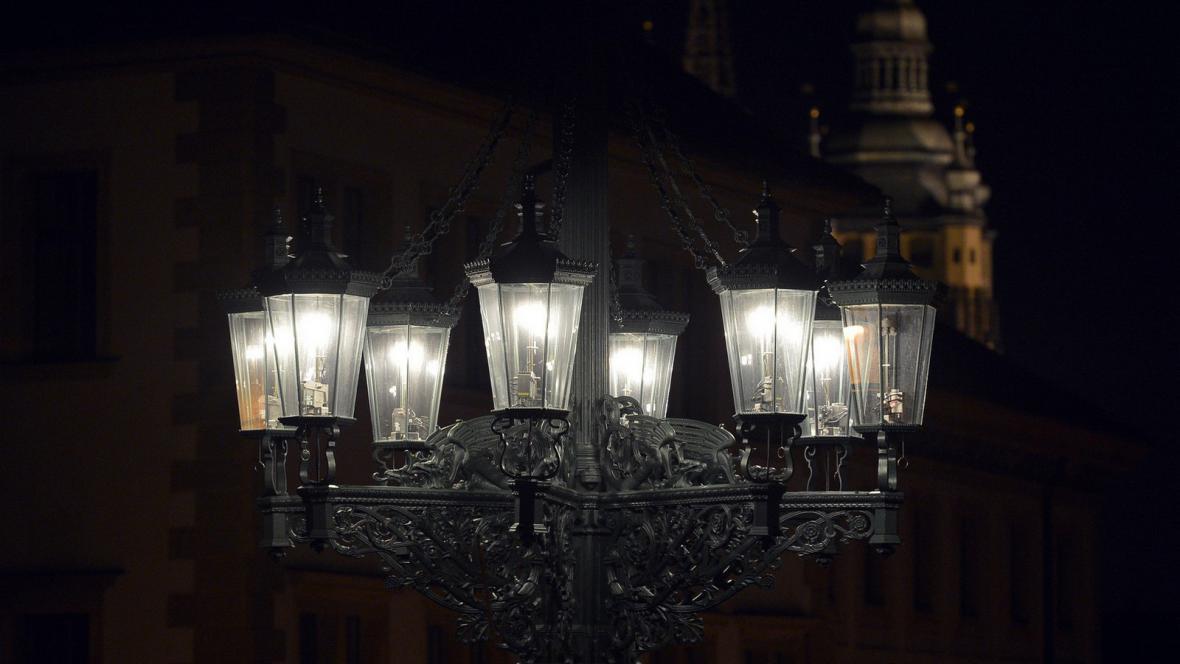 Osmiramenné svítidlo v Loretánské ulici