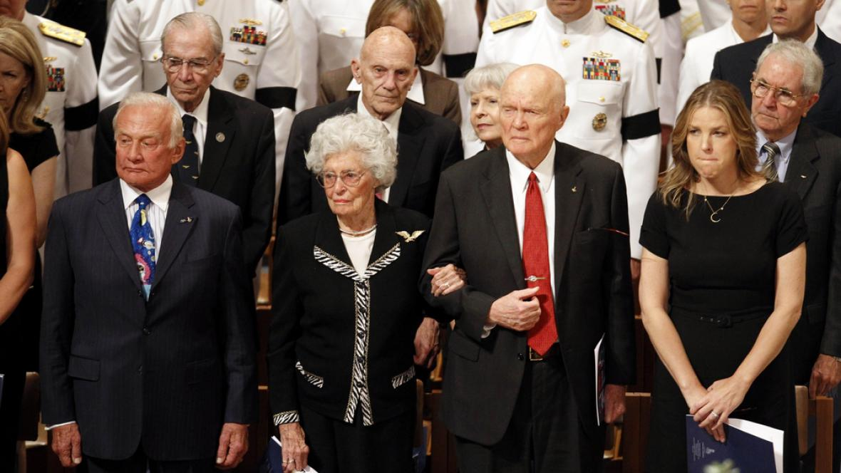 Buzz Aldrin a John Glenn se rozloučili s Neilem Armstrongem