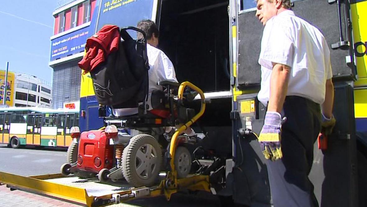 Vozíčkář využívá plošinu k nástupu do autobusu