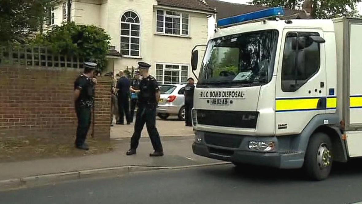 Policie před domem zavražděné britské rodiny