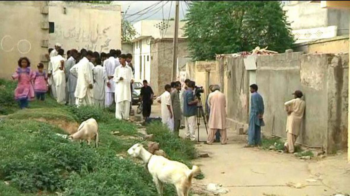 Muslimové u domu pákistánské křesťanky