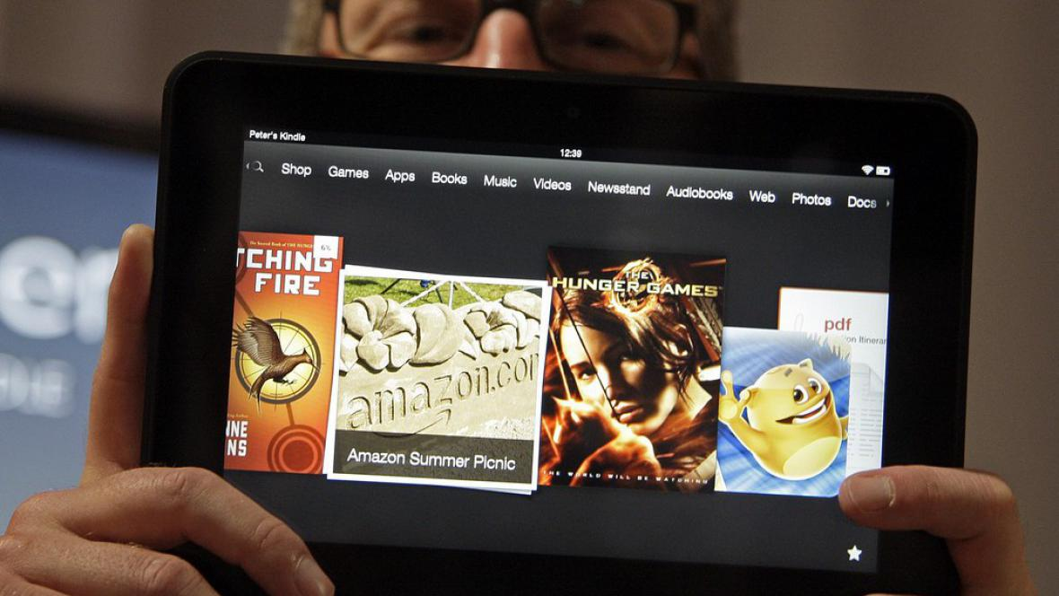 Viceprezident Amazonu Peter Larsen s Kindlem Fire HD