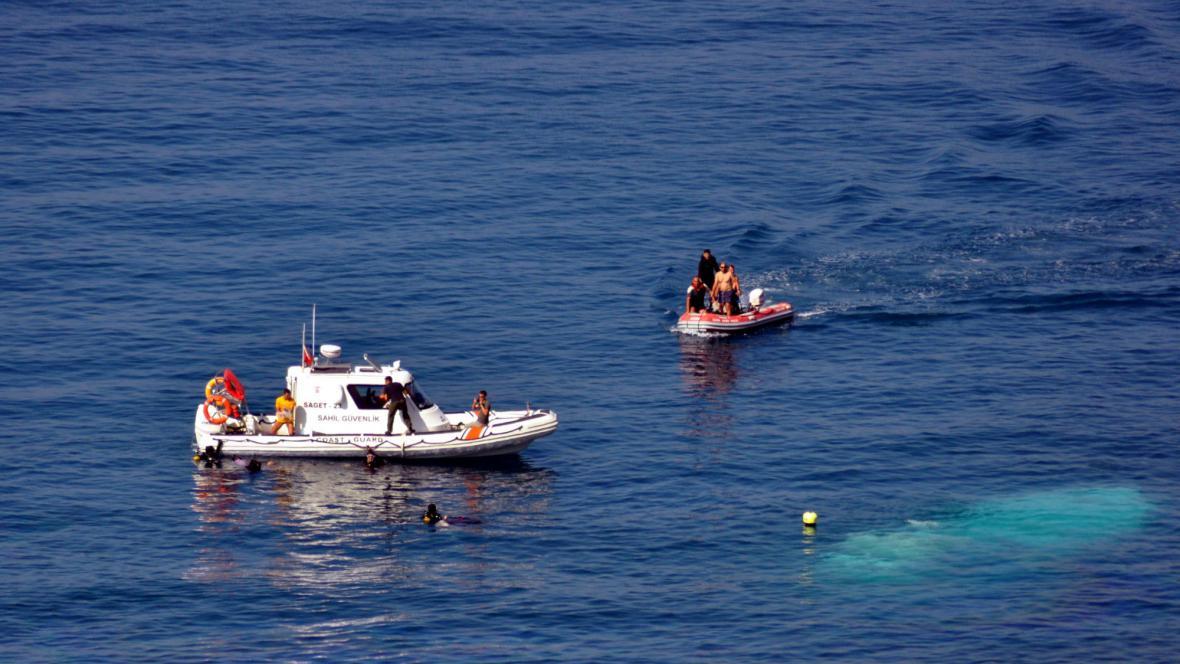 Záchranáři hledají potopený člun