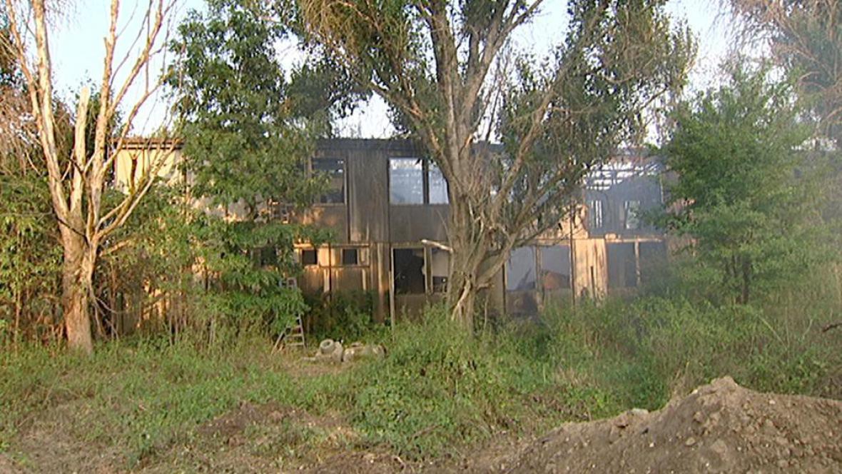 Vyhořelý sklad v Chuchli