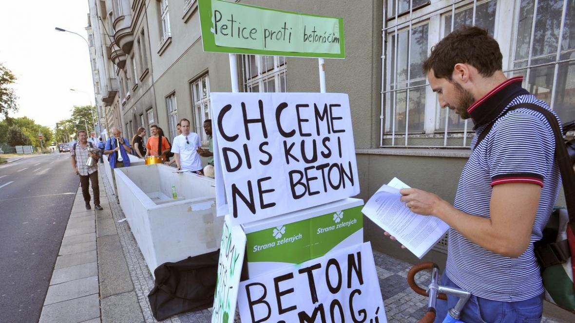 Protest proti květináčům na Smíchově