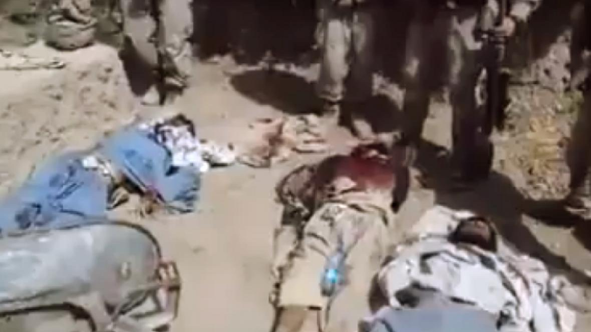 Američtí vojáci močí na mrtvé bojovníky Talibanu