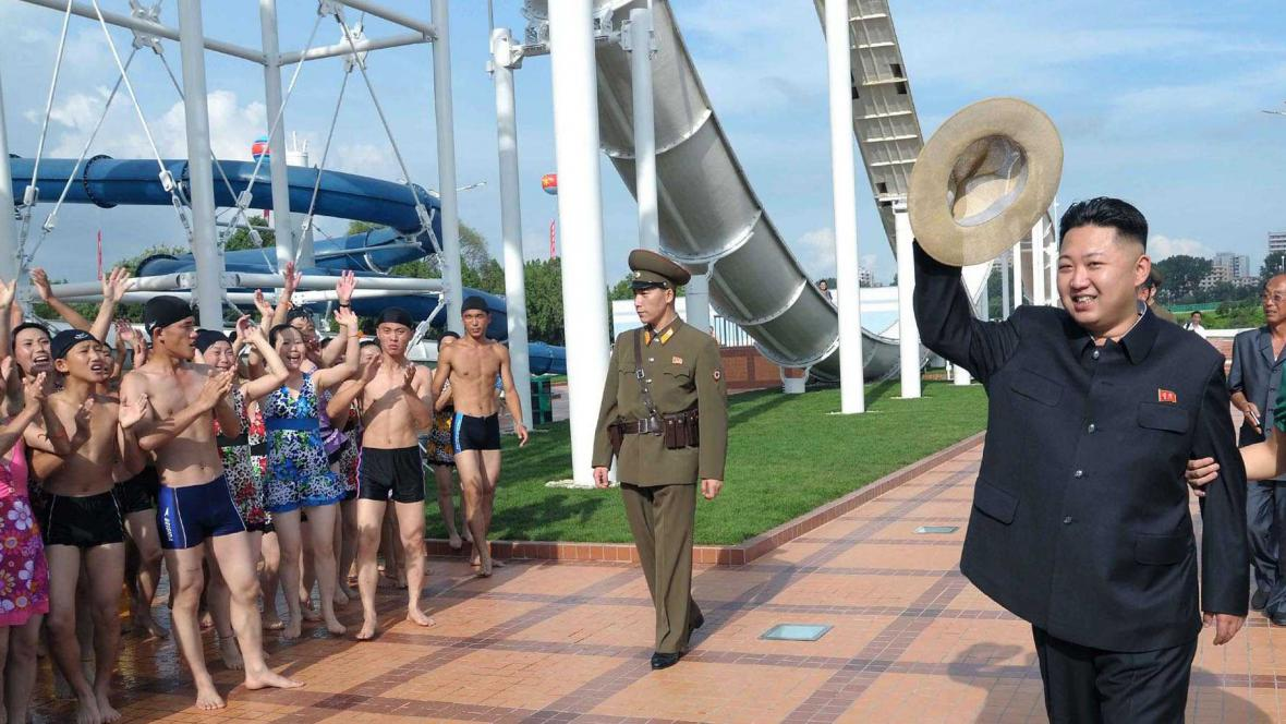 Kim Čong-un mává davu v plavkách