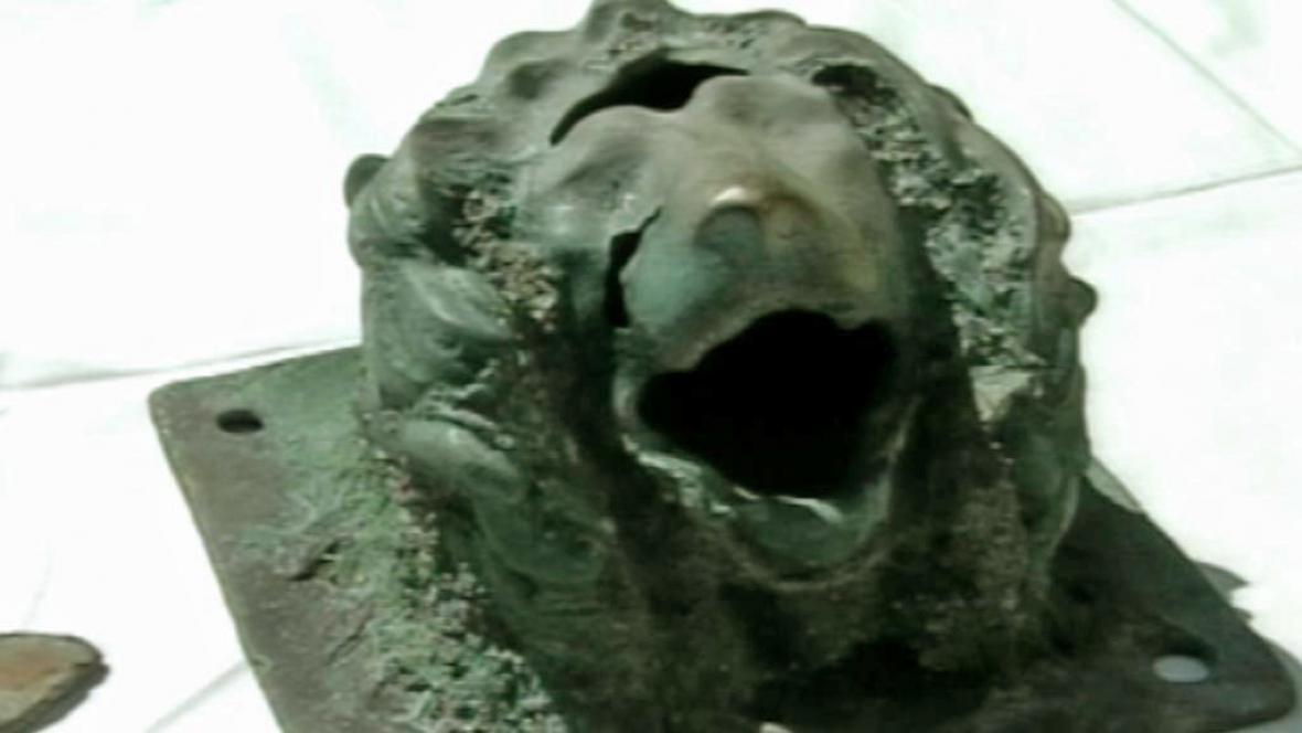 Potápěči našli bronzovou sošku lví hlavy