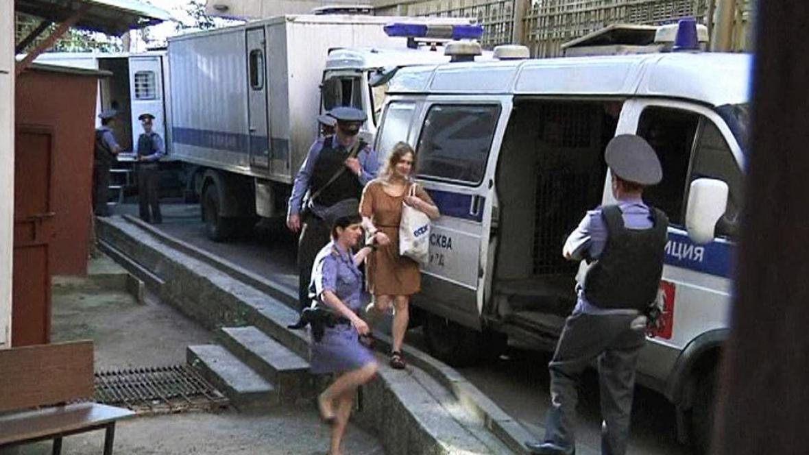 Ruská policie odvádí členku Pussy Riot