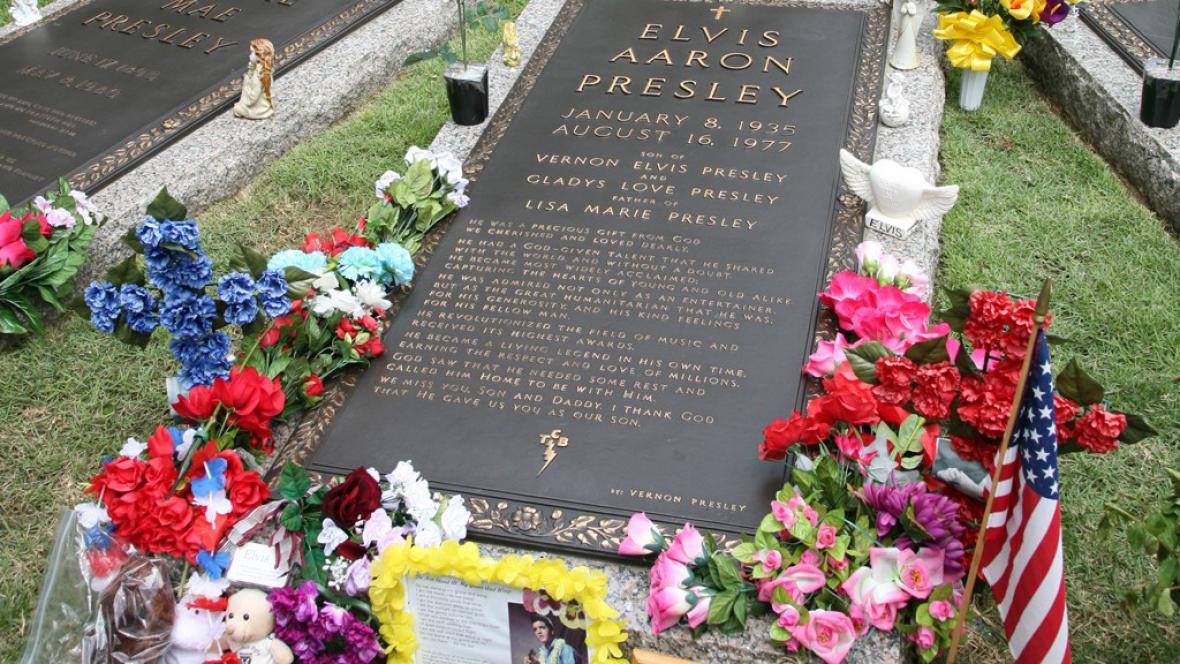 Rakev Elvise Presleyho v jeho sídle v Gracelandu