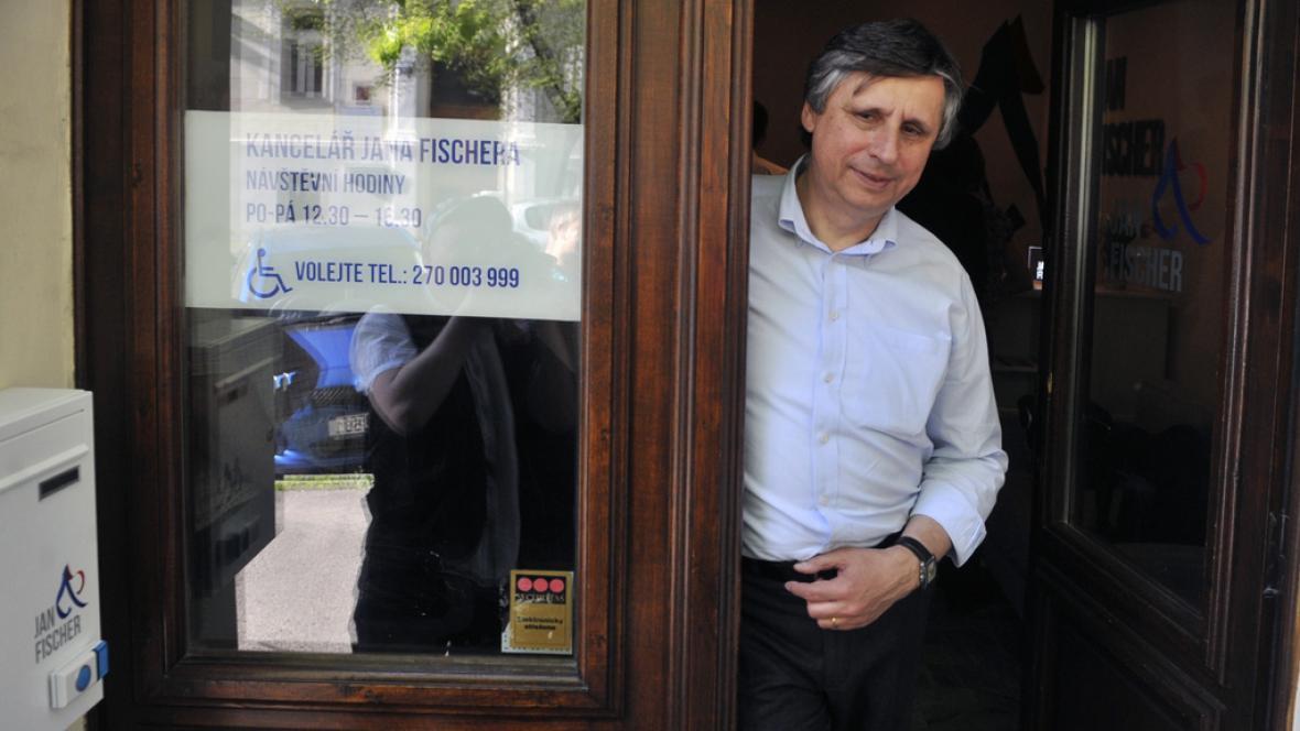 Jan Fischer před svou prezidentskou kanceláří