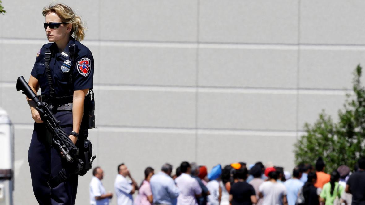 Policistka před sikhským chrámem