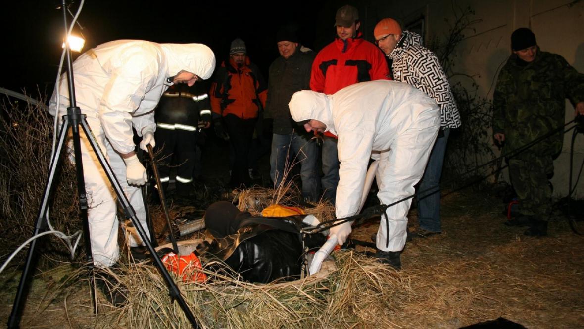 Kriminalisté našli ve studni tělo zavražděného muže z Rychnovska