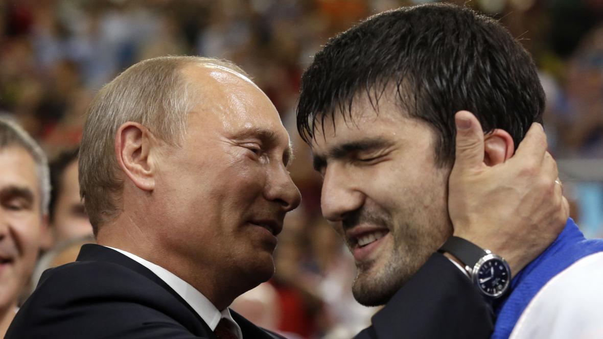 Vladimir Putin gratuluje ruskému judistovi, který získal zlatou olympijskou medaili