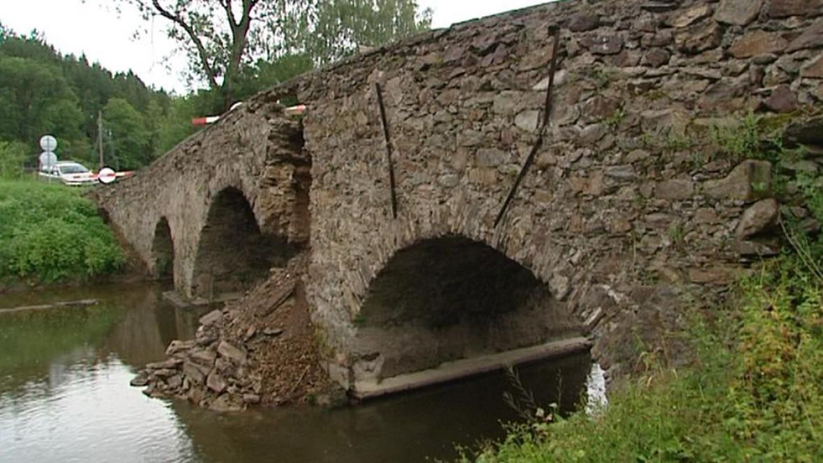 Rozpadající se most