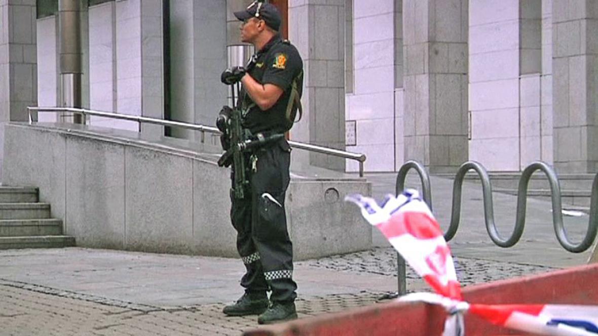 Norská policie hlídkuje na místě pumového útoku