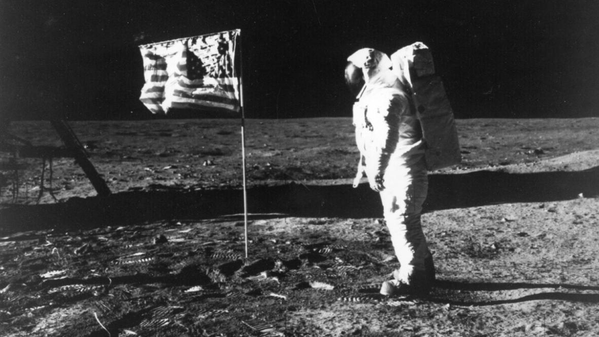 Edwin Aldrin s americkou vlajkou na Měsíci