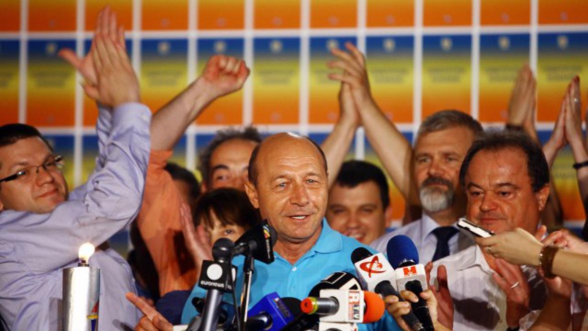 Rumunský prezident Traian Basescu slaví své setrvání v úřadu
