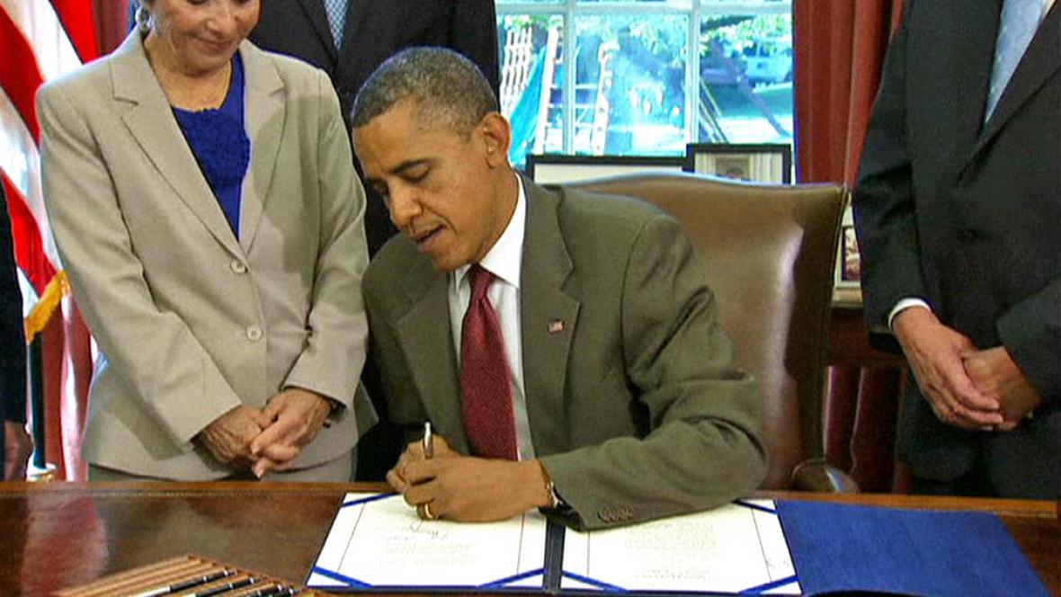 Barack Obama při podpisu americko-izraelské dohody