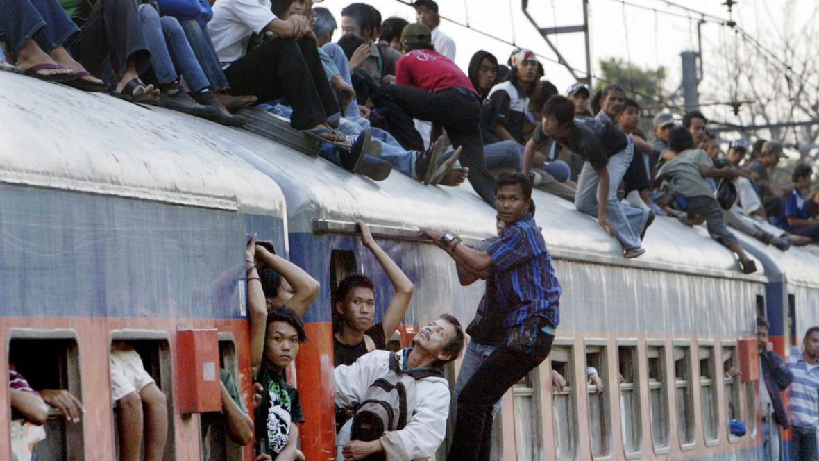 Betonové koule mají Indonésanům zabránit v cestování na střechách vlaků