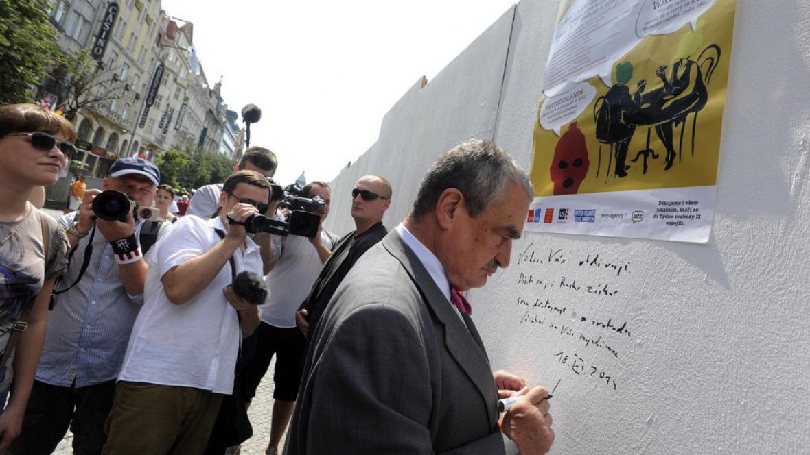 Ministr zahraničí Karel Schwarzenberg píše vzkaz na Zeď Pussy Riot