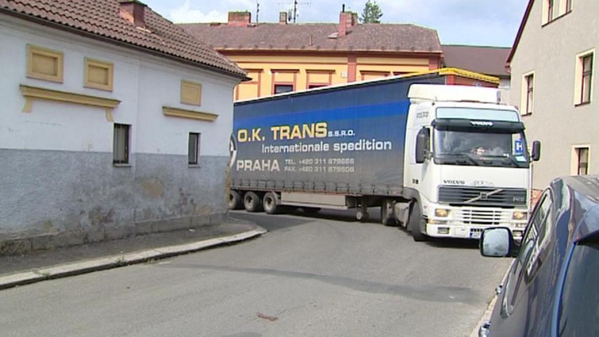Kamion v uličkách Dvora Králové