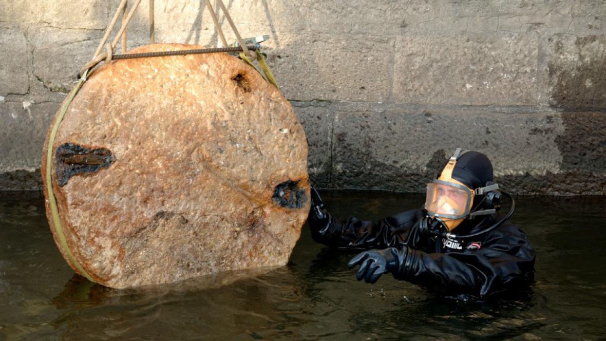 Vyzvednutí kamene ze základů Karlova mostu