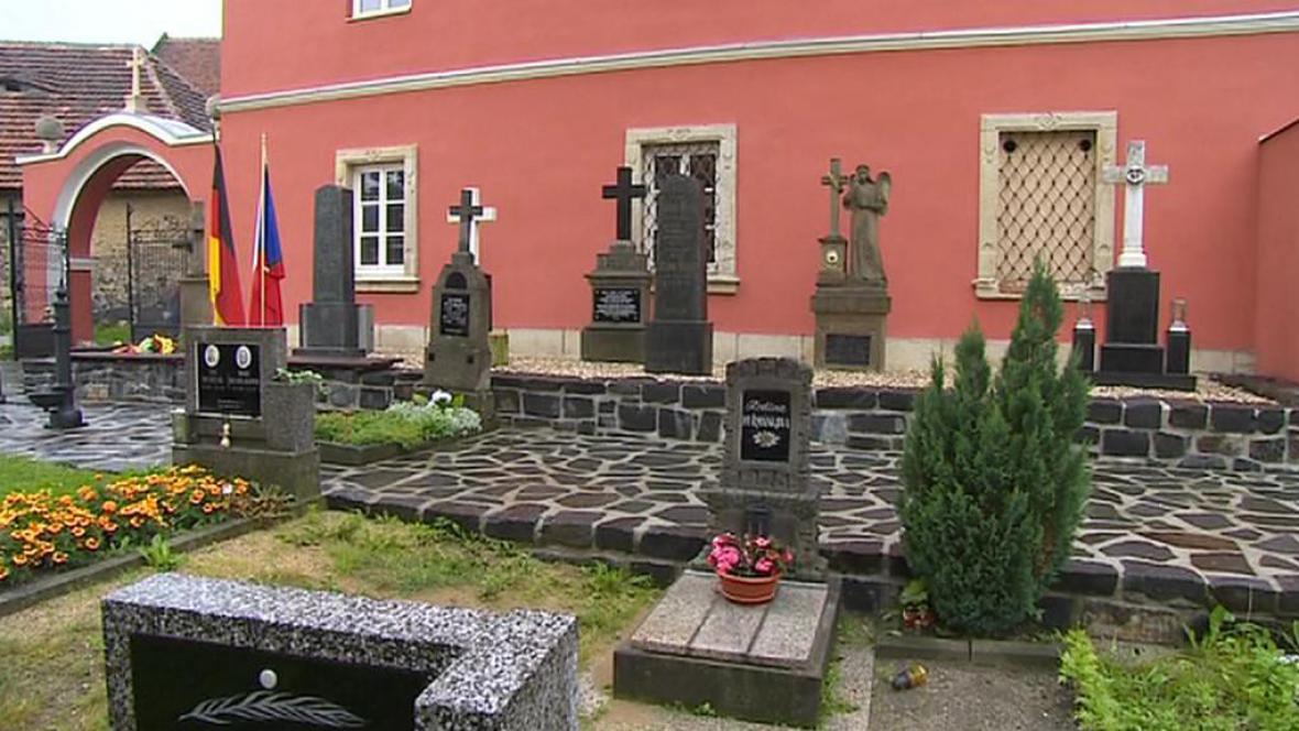 Opravené německé hroby v Kravařích