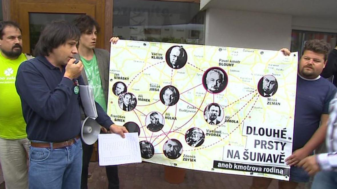 Demonstrace proti Pavlu Dlouhému