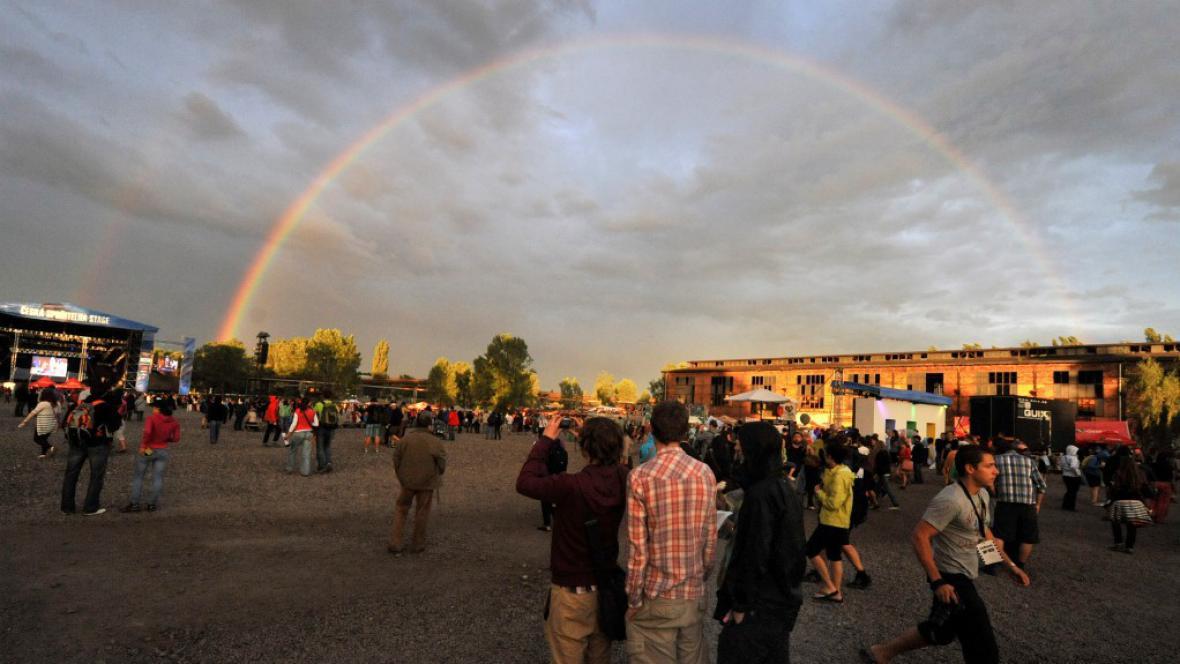 Při zahájení festivalu se na obloze objevila duha
