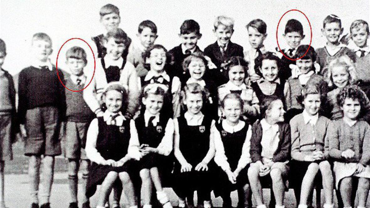 Keith Richards a Michael Jagger při zápisu na základní školu