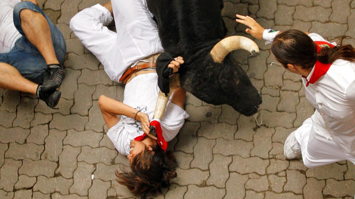 Mladík se zachytil tričkem za roh zvířete