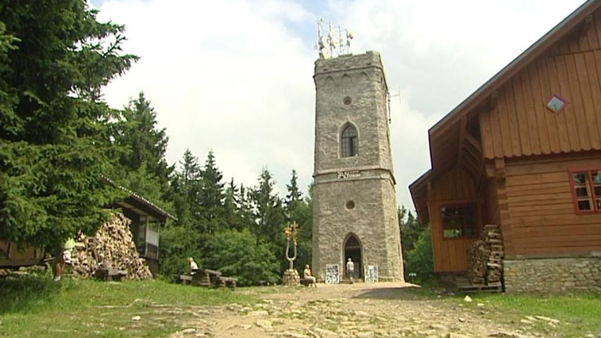 Zrekonstruovaná kamenná rozhledna v Krkonoších