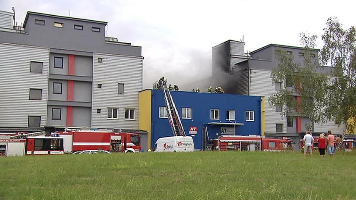 Hasiči bojují s požárem střechy