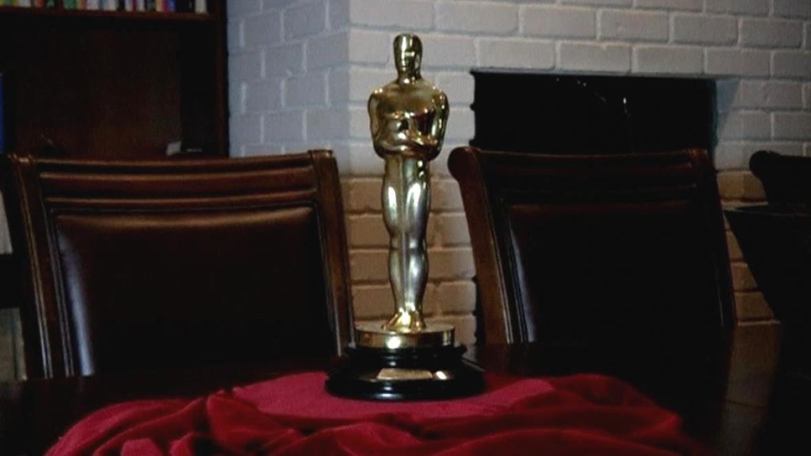 Soška Oscar v zákulisí aukční síně