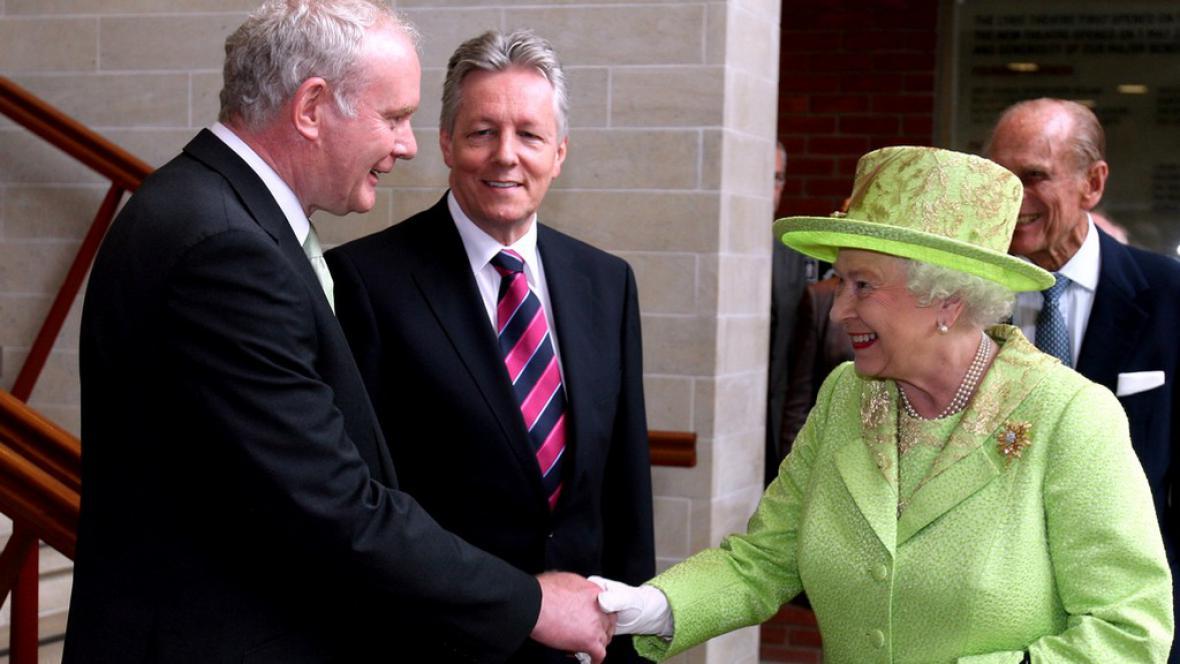 Martin McGuinness a královna Alžběta II.