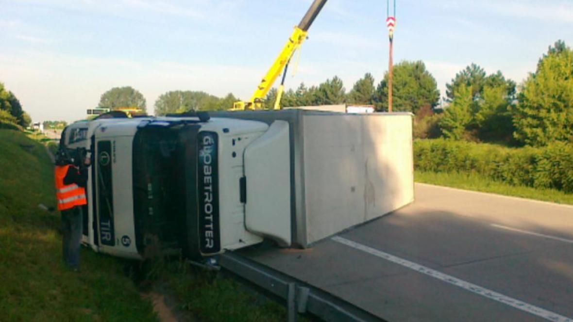 Převrácený kamion na D1 u Rousínova